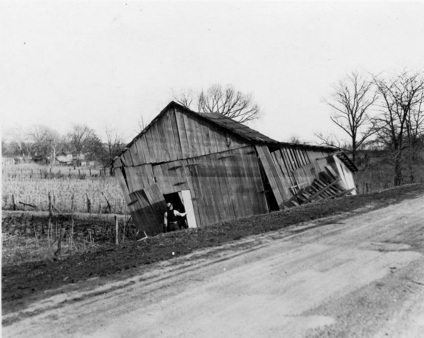 Lyon County Kentucky - barn between Eddyville and Kuttawa 1937 flood